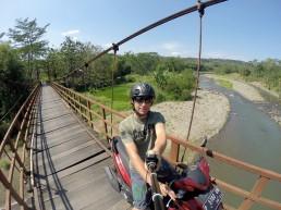 Brücke zu einem kleinen Dorf bei Semarang.